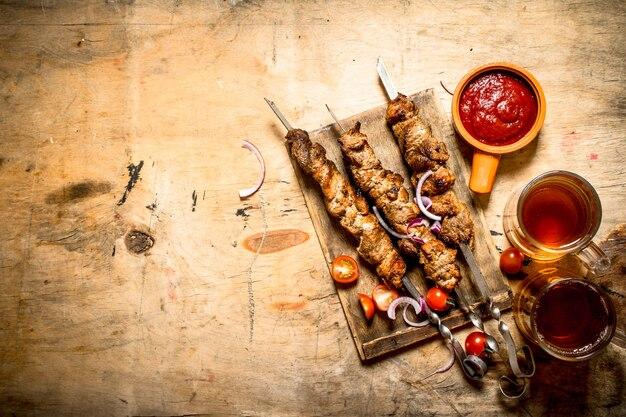 豚肉のシッシュケバブとトマトのビール。