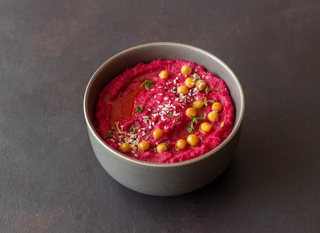 Хумус из свеклы в серой миске. здоровое питание. вегетарианская пища.