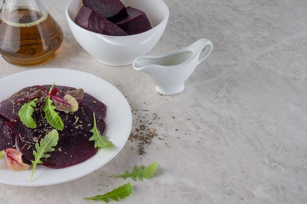 Карпаччо из свеклы, концепция здорового питания. прекрасный салат.