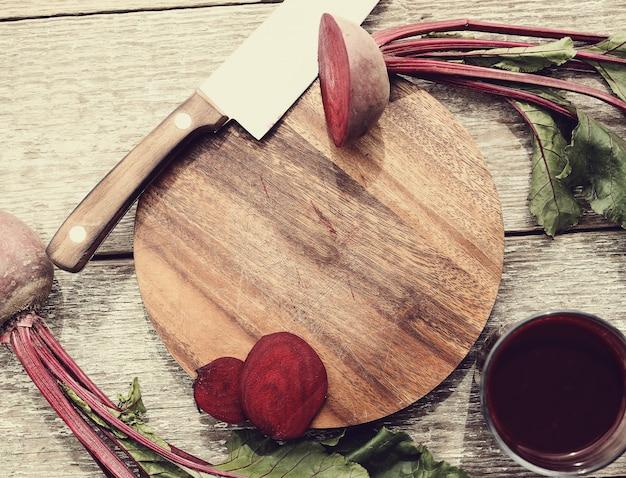 木製のテーブルにビートルートジュース