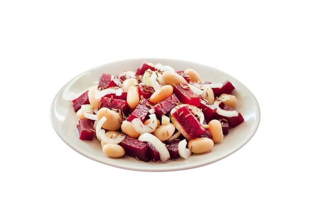 흰색 배경에 분리된 흰색 강낭콩 피클과 양파를 곁들인 비트 샐러드