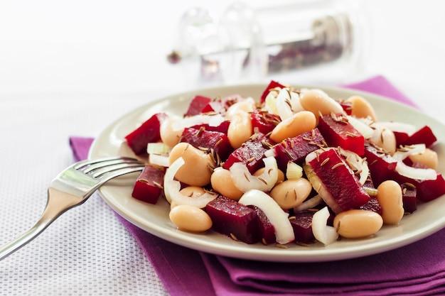 白いインゲン豆、漬物、玉ねぎのビートルートサラダ