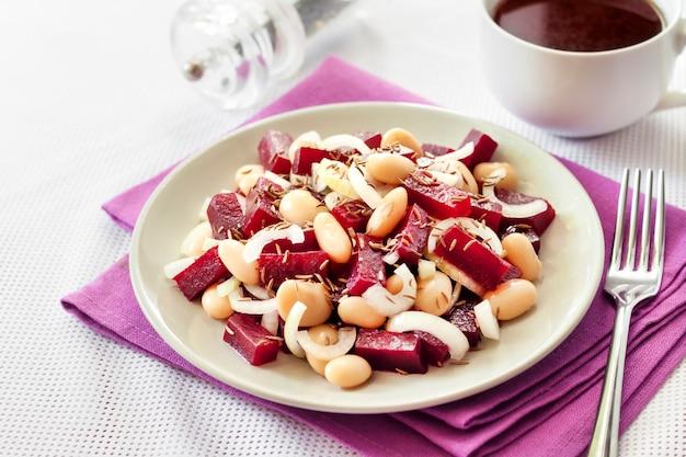 白インゲン豆、漬物、玉ねぎのビートルートサラダ
