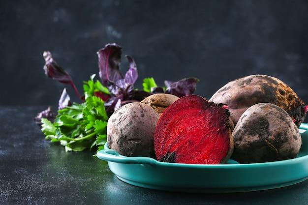 テーブルの上のビートルート野菜