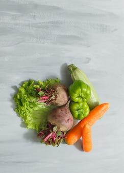 Barbabietole, zucchine, carote e peperoni verdi con foglia di letucce