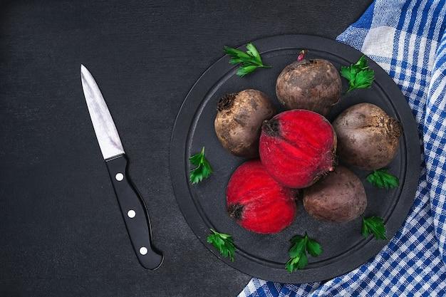 テーブルの上でビートルート野菜を調理するためのビート