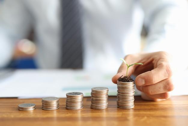 Перед бизнесменом стоит пирамида из монет в порядке возрастания на последней пирамиде
