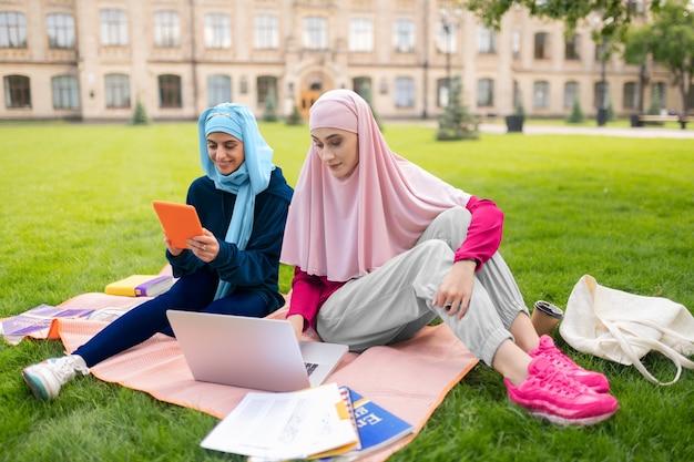 Перед экзаменами. занятые студенты чувствуют себя перегруженными, выполняя слишком много домашних заданий.