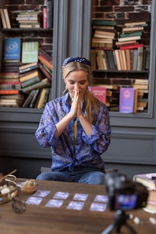 Перед ритуалом. симпатичная молодая женщина, держащая руки вместе, готовясь начать ритуал