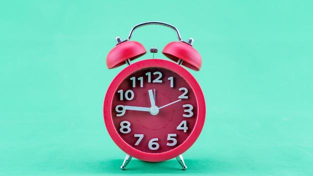 美しい目覚まし時計の顔の大晦日の12時前に真夜中の愛らしい新年のお祝いを示す、コンセプトハッピーニューイヤー2022。