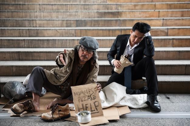 町で老人と飲酒商人を乞う