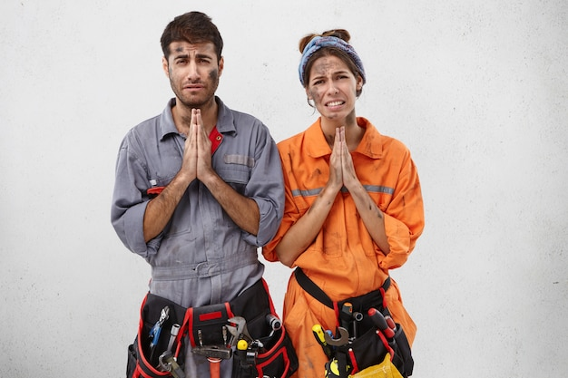 Begging tired electricians want to have rest, ask boss