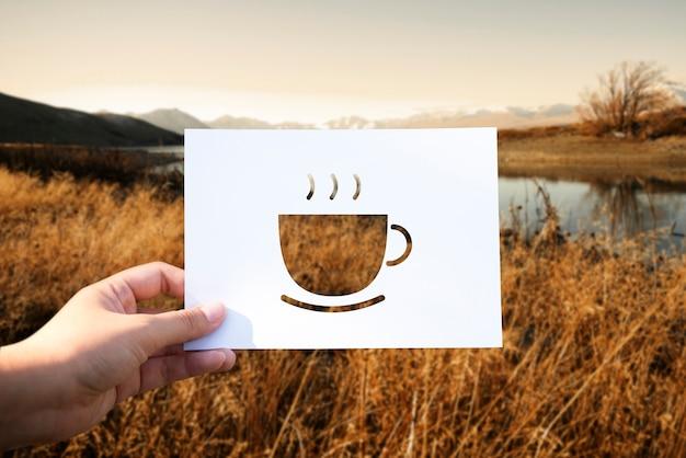 Начало нового дня с чашкой кофе с перфорированной бумагой