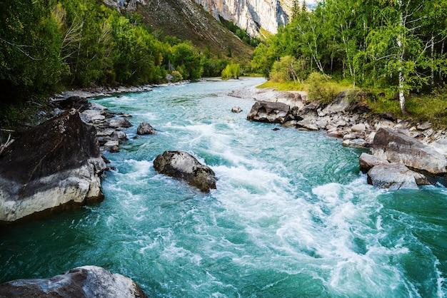 러시아 알타이 산 추야 강에 흐르는 베히모스 강