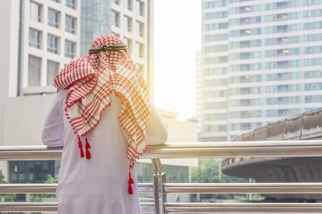 アラブのビジネスマンの思考や起業家の街の中で探している