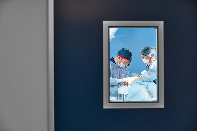 手術室のドアの後ろ、現代の手術室の機器と医療機器。