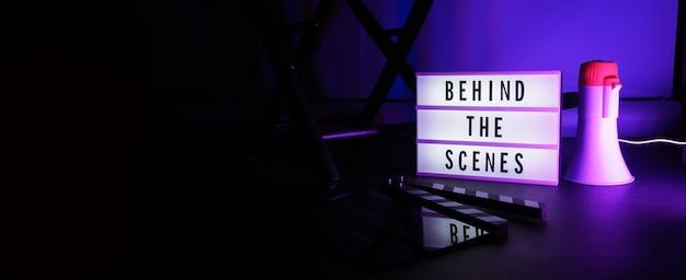 ライトボックスまたはシネマライトボックスの舞台裏のレターボードテキスト。映画カチンコメガホン