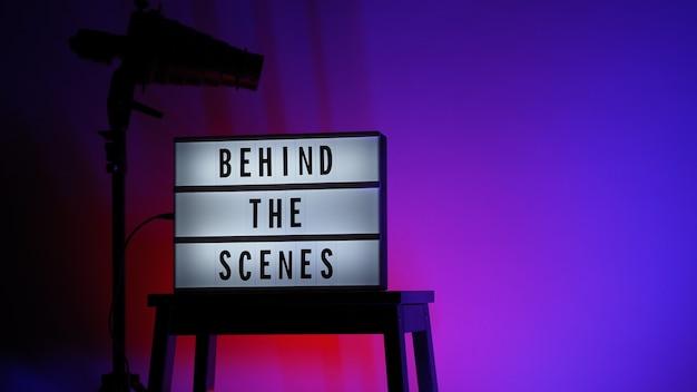 ライトボックスまたはシネマライトボックスの舞台裏のレターボードテキスト。マルチカラーled。三脚のフラッシュスヌートフード。ビデオ制作スタジオ。舞台裏ライトボックス