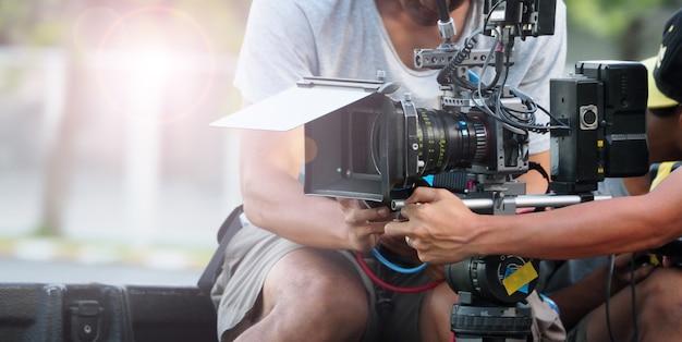 映画撮影やビデオ制作の舞台裏とカメラ機器を備えた撮影クルーチーム