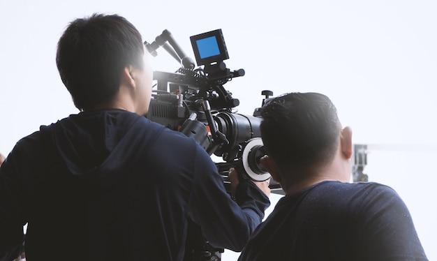 大きなスタジオでの撮影クルーチーム制作者によるビデオカメラ撮影の舞台裏
