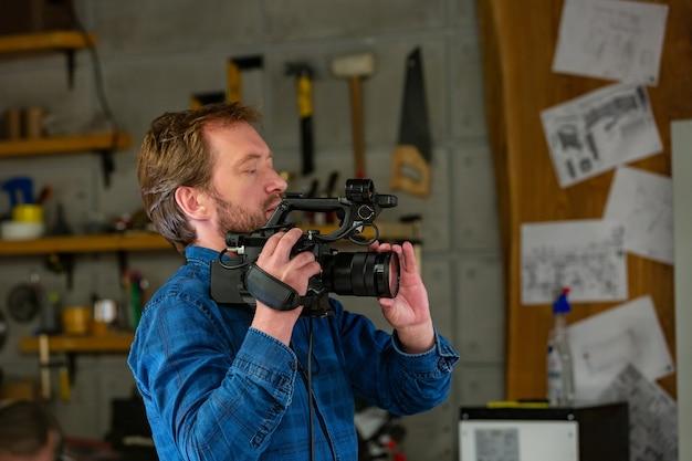 영화 제작진 카메라 팀과 함께 스튜디오 현장에서 비디오 제작 또는 비디오 촬영의 비하인드 스토리