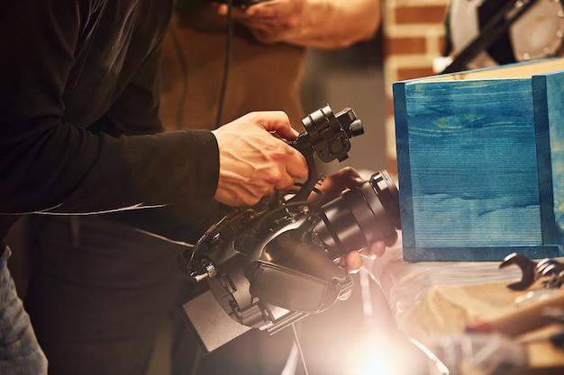 За кадром видеопроизводства или видеосъемки, зернистость пленки, выборочный фокус, специальная подсветка