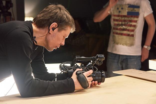 За кулисами видеопроизводства или видеосъемки, зернистость пленки, выборочный фокус, специальное освещение