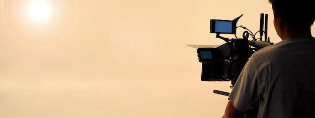 スタジオでのビデオ撮影制作クルーチームとプロのカメラ機器の舞台裏