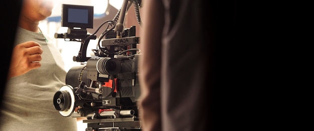 За спиной съемочной группы съемочной группы и hd видеокамера и оборудование в студии