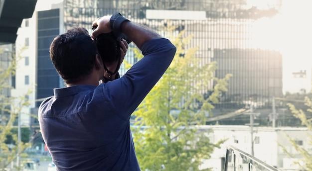 Позади туриста или путешественника, фотографирующего башню в осаке, япония, рядом с вокзалом