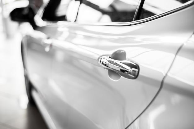 Низкий угол обзора автомобиля от behing