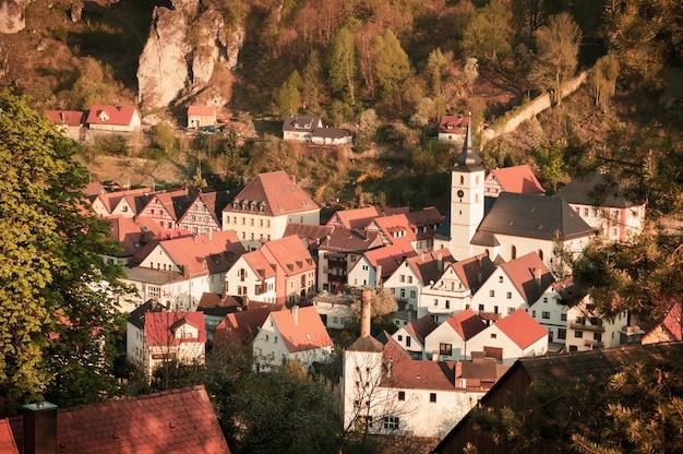 Вид с воздуха behringersmuhle, исторического городка в франконской швейцарии, баварии, германии.