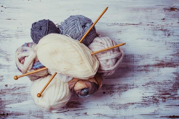 ベージュとグレーの色の糸と木製の編み針