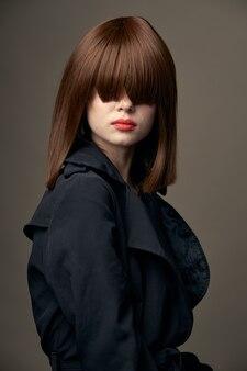ベージュの背景美しい女性明るい肌のスタイリッシュな服