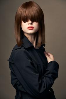 ベージュの背景チャーミングモデルヨーロピアンアピアランススーツアウター