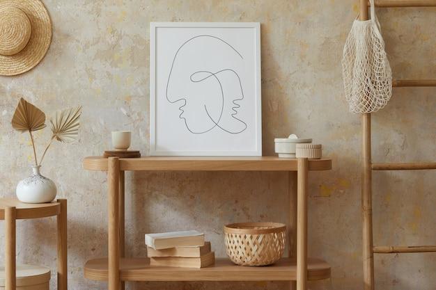 포스터 프레임, 우아한 액세서리, 꽃병에 말린 꽃, 나무 콘솔 및 세련된 가정 장식의 사다리가있는 거실의 베이지 색 boho 인테리어. 주형.