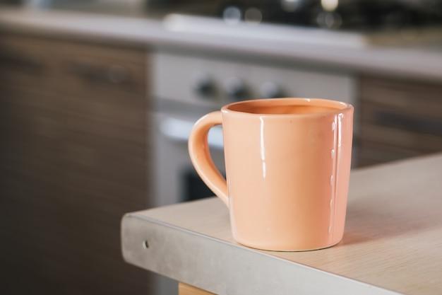 부엌 테이블에 베이지 색 컵