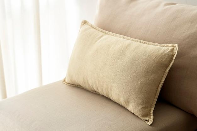 Бежевая подушка для домашнего декора, на диван