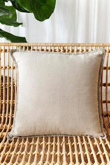 Бежевая подушка на стул минималистичный дизайн интерьера