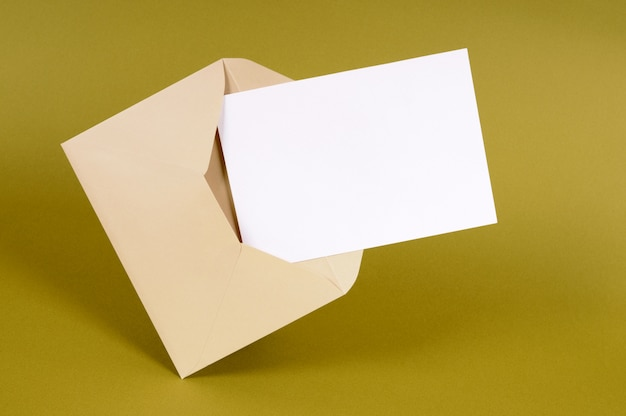 Обычный коричневый конверт с пустой карточкой сообщения