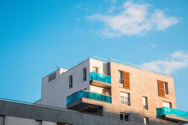 Edificio beige e verde durante il giorno