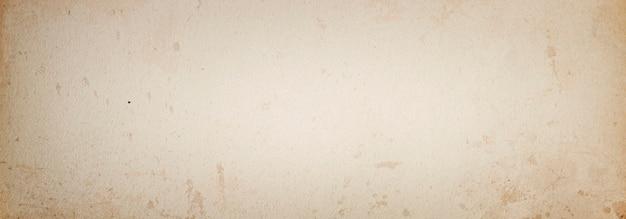 Бежевый гранж-фон баннера старой винтажной бумаги в пятнах с пространством для текста