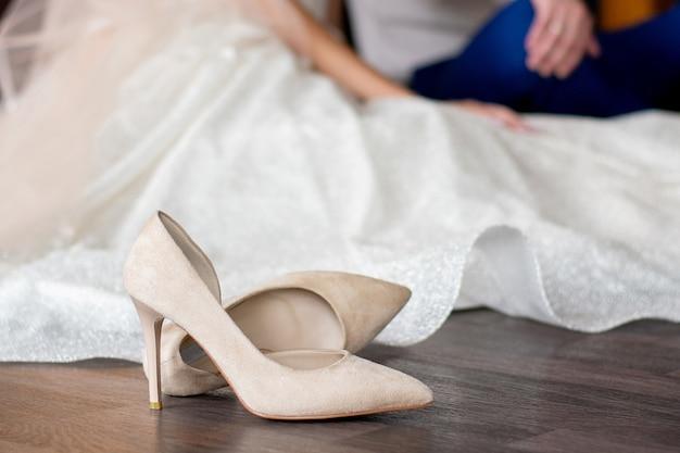 Бежевые туфли на высоких каблуках в пол