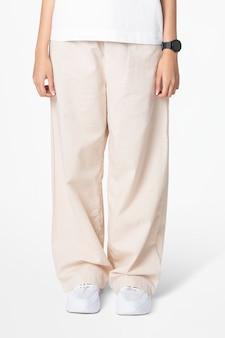 베이지 색 느슨한 바지와 흰색 티 여성 패션 근접 촬영