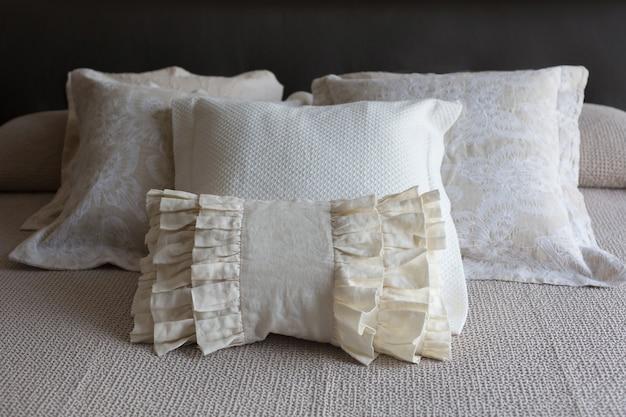 ベージュの天然素材、リネンコットンの高級レースラッフル枕、ベッド