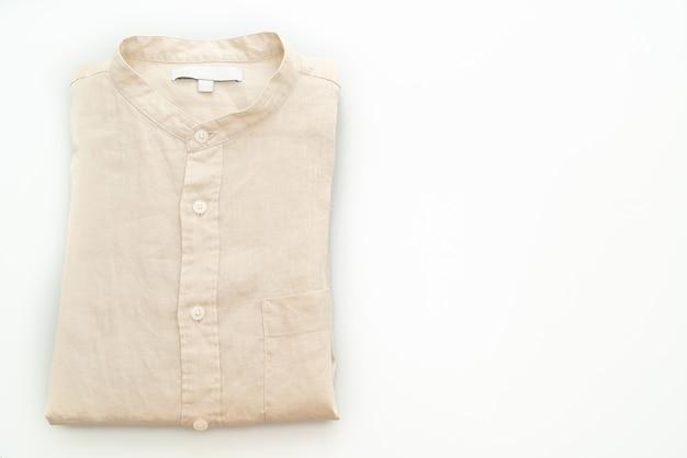白い背景に分離されたベージュのシャツの折り目