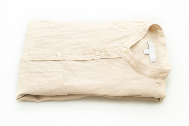 Бежевая рубашка сгиба на белом фоне