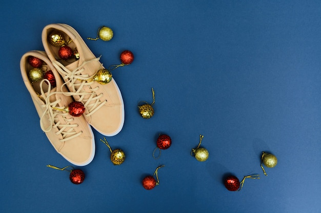 クリスマスの飾りが付いたベージュのスニーカー