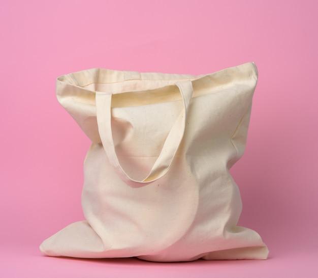 Бежевая текстильная сумка на розовом фоне, без пластика