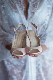 花嫁の集まりにベージュの結婚式の靴